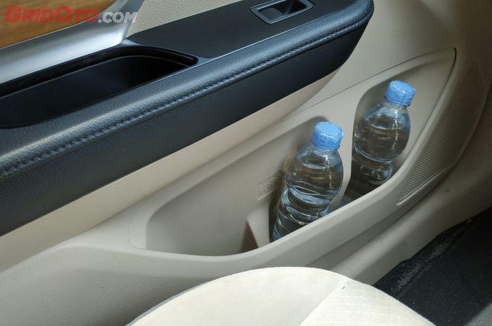 Door trim Mitsubishi Xpander bisa memuat dua botol sekaligus
