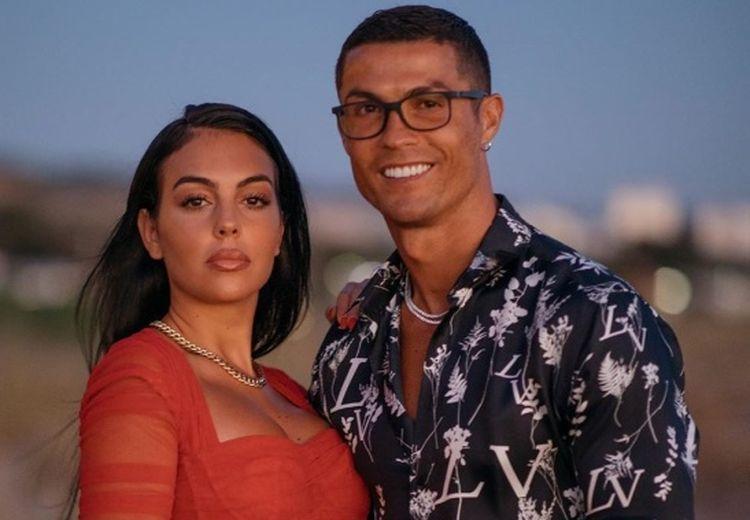 Sang Kekasih Pamer Foto Menggoda, Celetukan Ronaldo Undang Tawa