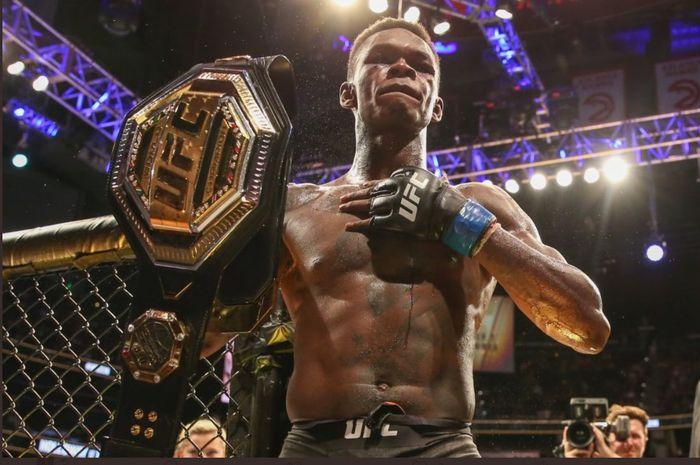 Israel Adesanya, mempertahankan sabuk juara kelas menengah setelah mengalahkan Paulo Costa via TKO di ronde kedua dalam UFC 253, Minggu (27/9/2020) WIB.