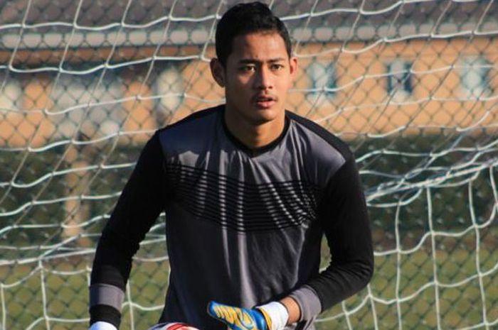 Kiper Persib U-18, Erlangga Setyo saat berlatih.