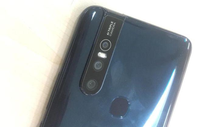 Tiga kamera belakang di smparthone flagship Vivo V15.