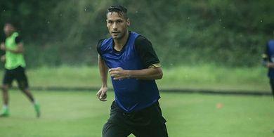 Raphael Maitimo Tepis Rumor Kepindahan ke PSS Sleman