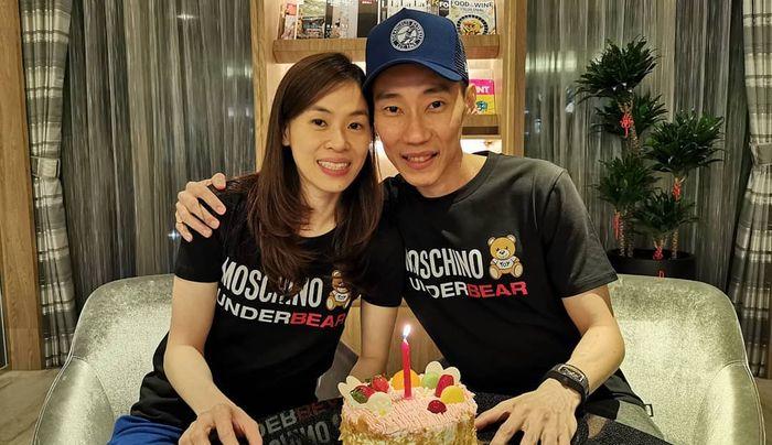 Lee Chong Wei (kanan) berpose bersama sang istri, Wong Mew Choo (kiri).