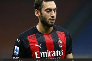 Khianati AC Milan, Hakan Calhanoglu Selangkah Lagi Gabung Inter Milan