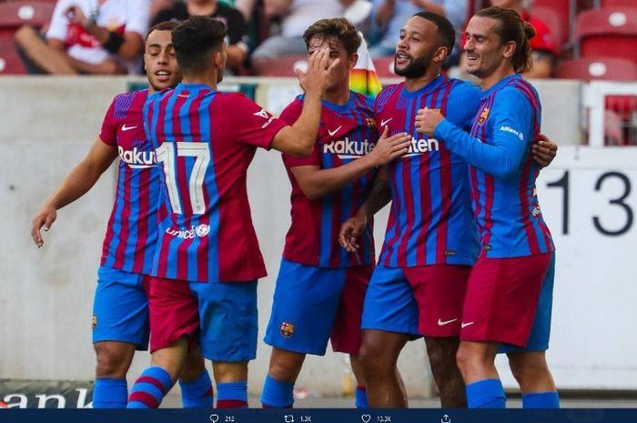 Memphis Depay merayakan gol ke gawang Stuttgart bersama para pemain Barcelona dalam laga pramusim.