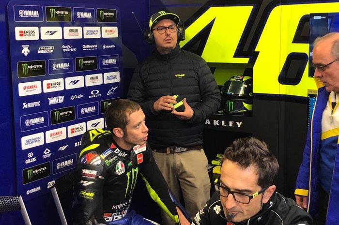 Pembalap Monster Energy Yamaha, Valentino Rossi, sedang berdiskusi dengan timnya pada MotoGP Prancis 2019.