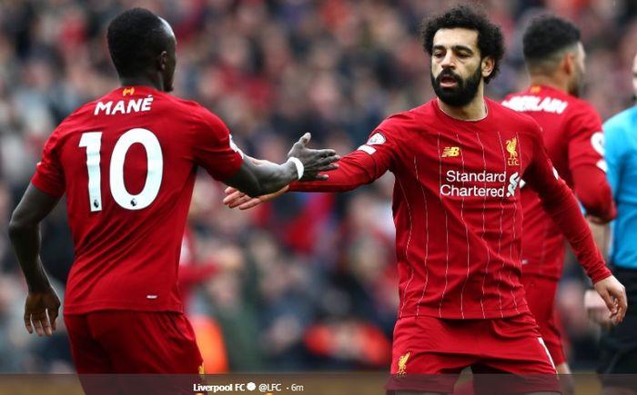 Mohamed Salah dan Sadio Mane saling berjabat tangan usai terciptanya gol penyeimbang kedudukan kala Liverpool melawan Bournemouth di Stadion Anfield, Sabtu (7/3/2020).