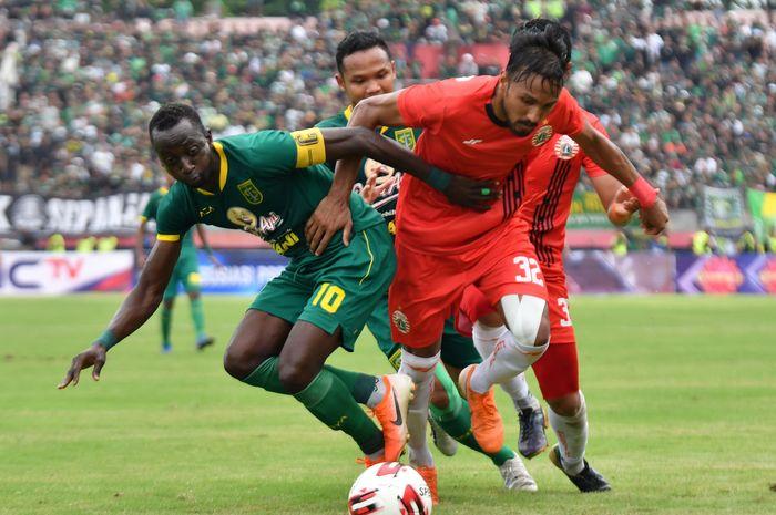 Pemain Persebaya Surabaya, Makan Konate, dan pemain Persija Jakarta, Rohit Chand, saat berduel di laga final Piala Gubernur Jatim 2020, Kamis (20/2/2020) di Stadion Gelora Delta, Sidoarjo.