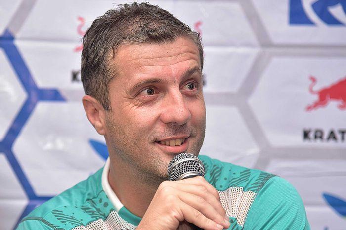 Pelatih Persib Bandung, Miljan Radovic, saat diwawancarai pada sesi konferensi pers sebelum pertandingan.