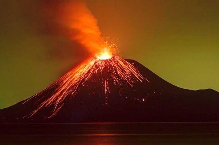 Semburan anak gunung Krakatau terfoto