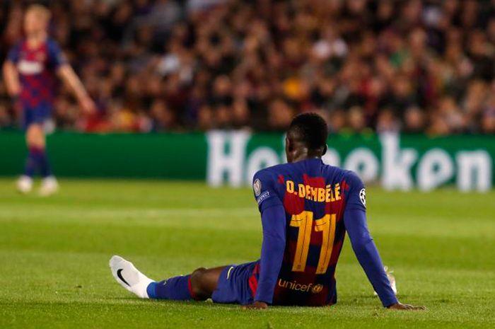 Penyerang Barcelona, Ousman Dembele, saat mengalami cedera dalam laga melawan Borussia Dortmund di babak penyisihan Grup F Liga Champions 2019/2020 pada 27 November 2019 di Stadion Camp Nou, Barcelona.
