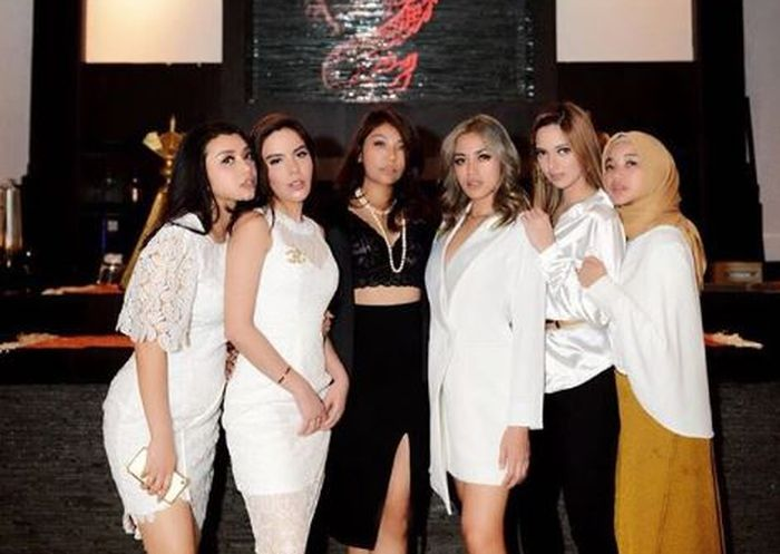 Chacha Frederica berfoto bersama Girls Squad