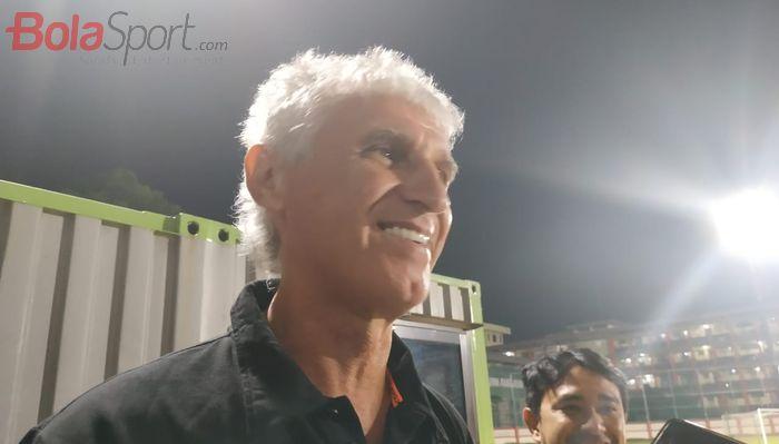 Pelatih Persija Jakarta, Ivan Kolev menjawab pertanyaan wartawan seusai laga uji coba kontra Persita Tangerang, di Stadion PTIK, Jakarta, Senin (15/4/2019).