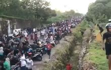 Ratusan Orang Di Pinggir Jalan Mendadak Bubar, Buru-Buru Nyalakan Motor