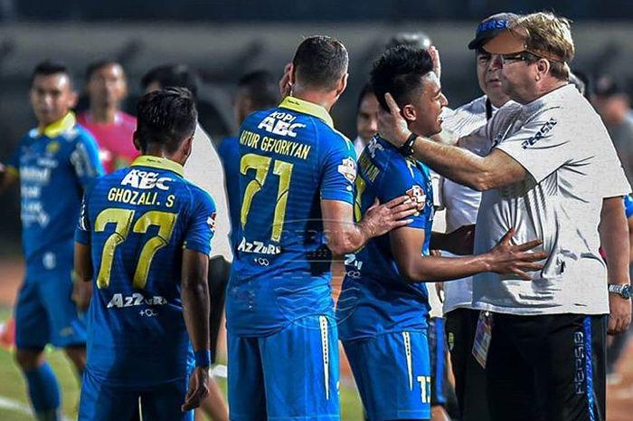 pemain Persib Bandung mendapatkan pelukan dari pelatih Robert Rene Alberts setelah laga kontra Kalteng Putra pada pekan kesembilan Liga 1 2019.