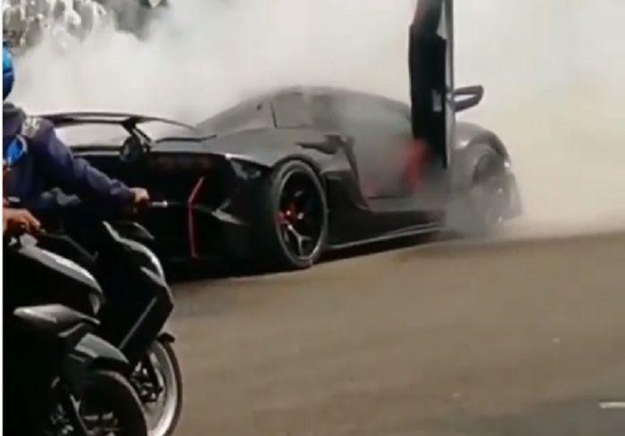 Mobil Lamborghini Raffi Ahmad terbakar di kawasan Sentul, Bogor.