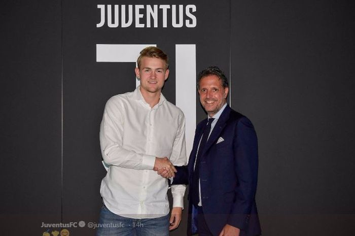 Matthijs de Ligt (kiri) saat diresmikan sebagai pemain baru Juventus.