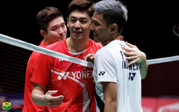 Lee Yong-dae merangkul Fajar Alfian setelah pertandingan babak semifinal Malaysia Masters 2020 di Axiata Arena, Kuala Lumpur, 11 Januar 2020.