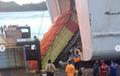 Detik-Detik Truk Tronton Tercebur Ke Laut Saat Pintu Kapal Patah