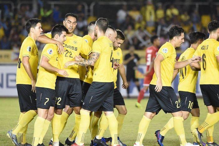Pemain-pemain Ceres Negros merayakan gol yang dicetak Bienvenido Maranon ke gawang Persija Jakarta, di Stadion Panaad, Bacolod, Rabu (3/4/2019).