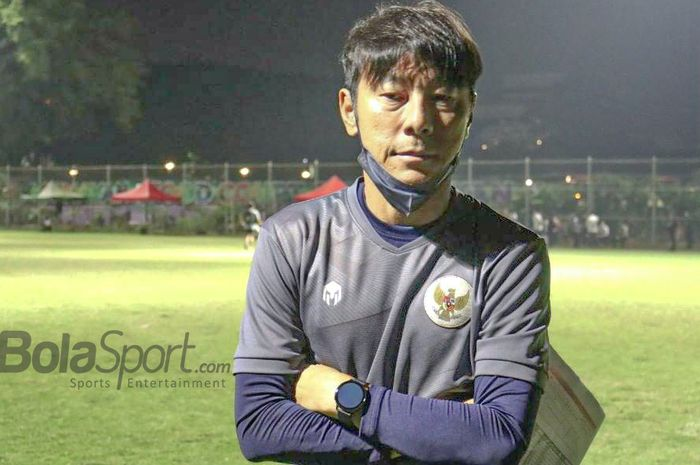 Pelatih timnas U-22 Indonesia, Shin Tae-yong, sedang memberikan keterangan kepada awak media di Lapangan D, Senayan, Jakarta, 2 Maret 2021.