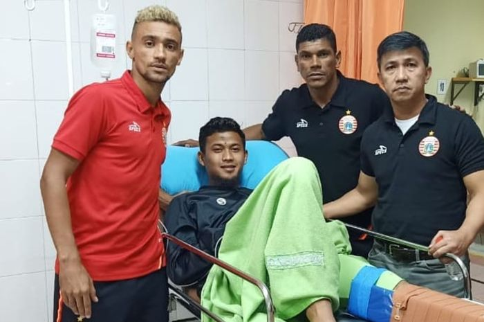 Bruno Matos beserta jajaran manajemen Persija Jakarta menjenguk Muhammad Natshir yang sempat cedera.