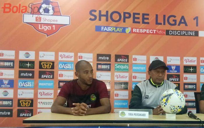Pemain dan pelatih Tira Persikabo, Loris Arnaud serta Rahmad Darmawan saat memberikan keterangan pers, Rabu (14/8/2019).