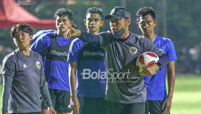 Pelatih timnas U-22 Indonesia, Shin Tae-yong, sedang memberikan arahan kepada anak asuhnya di Lapangan D, Senayan, Jakarta, 2 Maret 2021.