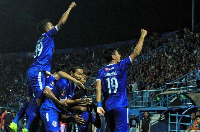 Pemain Arema FC merayakan gol yang dicetak ke gawang Kalteng Putra pada leg pertama semifinal Piala Presiden 2019 di Stadion Kanjuruhan, Malang, Selasa (2/4/2019).