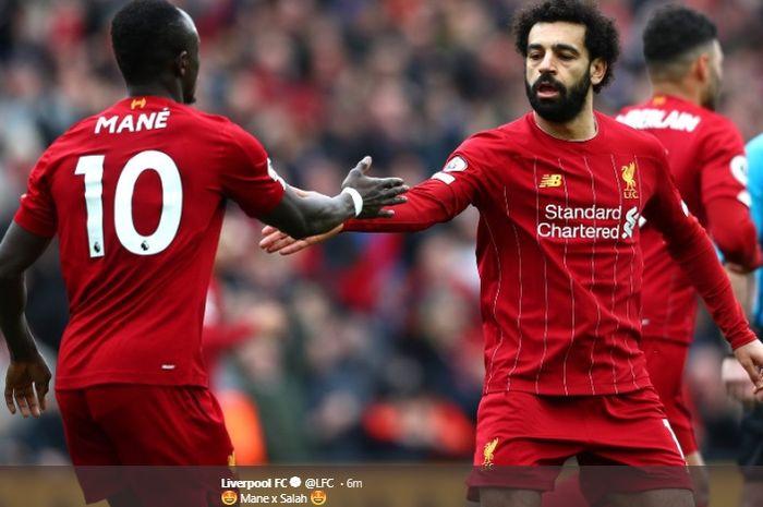 Mohamed Salah dan Sadio Mane berusaha saling berjabat tangan usai terciptanya gol penyeimbang kedudukan kala Liverpool melawan Bournemouth di Stadion Anfield, Sabtu (7/3/2020).