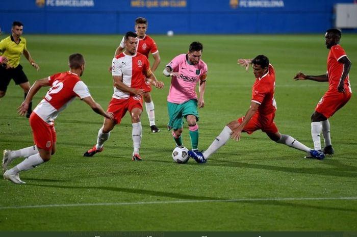 Lionel Messi saat dikawal empat pemain Girona dalam laga uji coba, Rabu (16/9/2020).