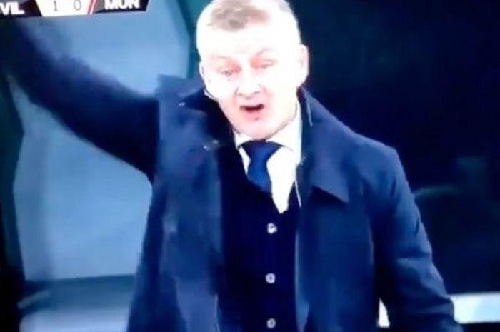 Ekspresi pelatih Manchester United, Ole Gunnar Solskjaer saat adu mulut dengan salah satu anak asuhnya, Edinson Cavani di laga final Liga Europa 2020-2021.