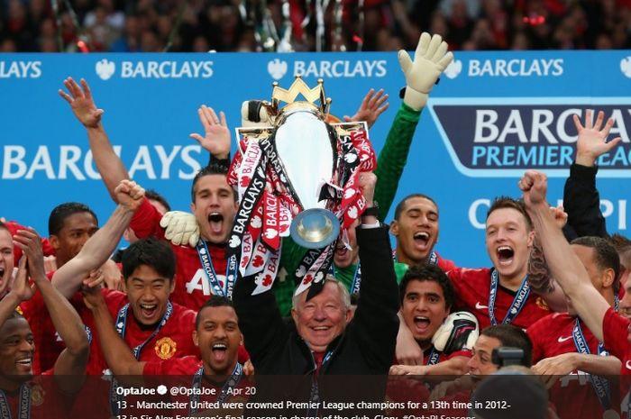 Pelatih legendaris Manchester United, Sir Alex Ferguson, mengangkat trofi Liga Inggris terakhirnya pada musim 2012-2013.