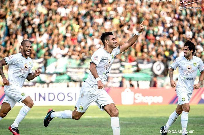 Bek Persebaya Surabaya, Otavio Dutra, merayakan gol yang dicetaknya ke gawang PSIS Semarang pada pekan ke-19 Liga 1 2019.