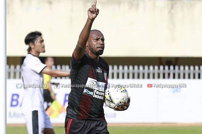Selebrasi pemain Persipura Jayapura, Boaz Solossa, usai mencetak gol ke gawang Madura United pada pekan kesembilan Liga 1 2019 di Stadion Mandala, Jayapura, Selasa (16/7/2019).