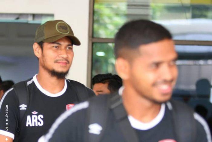 Abdul Rahman dan Hasyim Kipuw saat rombongan PSM Makassar tiba di Bandara Halim Perdanakusuma, Jakarta Timur, Kamis (25/4/2019).