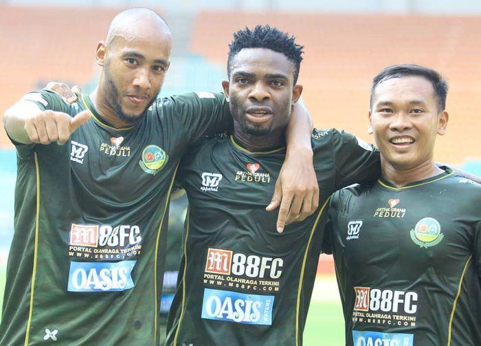 Tiga pemain Tira Perssikabo, Loris Arnaud, Osas Saha, dan Wawan Febrianto, merayakan gol ke gawang Persija Jakarta, di Stadion Pakansari, Kabupaten Bogor, Selasa (16/7/2019).