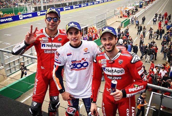 Danilo Petrucci (kiri), Marc Marquez (tengah), dan Andrera Dovizioso tengah berpose usai meraih podium pada MotoGP Prancis 2019, Minggu (19/5/2019)
