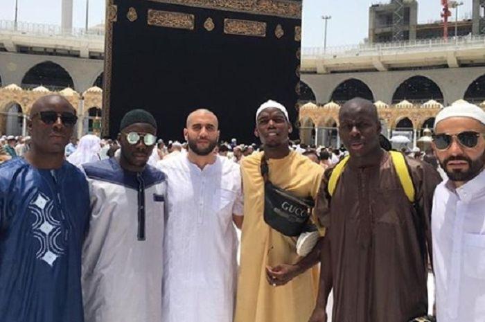 Paul Pogba dan Kurt Zouma serta kawan-kawan mereka saat menjalani ibadah umroh.