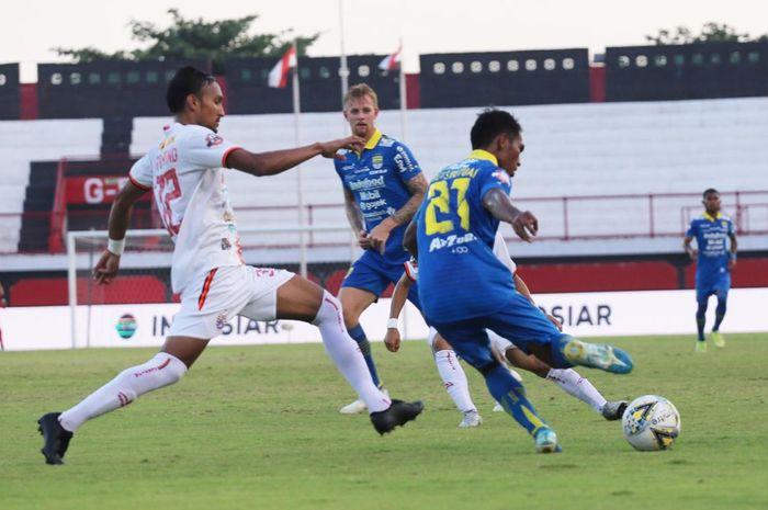 Gelandang Persib Bandung, Frets Butuan (kanan), dibayangi gelandang Persija, Rohit Chand (kiri), dalam lanjutan Liga 1 2019 di Stadion Kapten I Wayan Dipta, Senin (28/10/2019).