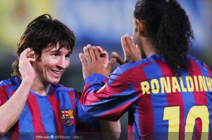 Lionel Messi dan Ronaldinho saat sama-sama masih membela Barcelona.