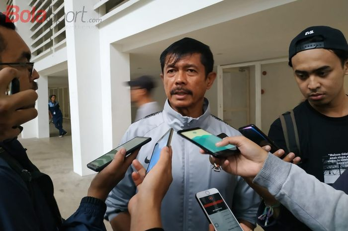 Pelatih timnas U-23 Indonesia Indra Sjafri menjawab pertanyaan wartawan seusai memimpin latihan timnya di Stadion Madya, Jakarta, Rabu (6/3/2019).