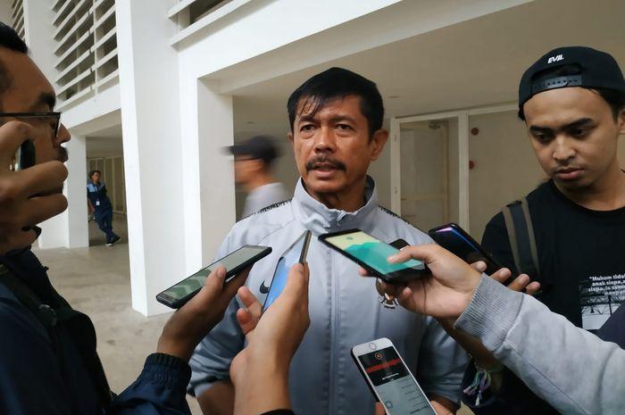 Pelatih timnas U-22 Indonesia Indra Sjafri menjawab pertanyaan wartawan seusai memimpin latihan timnya di Stadion Madya, Jakarta, Rabu (6/3/2019).