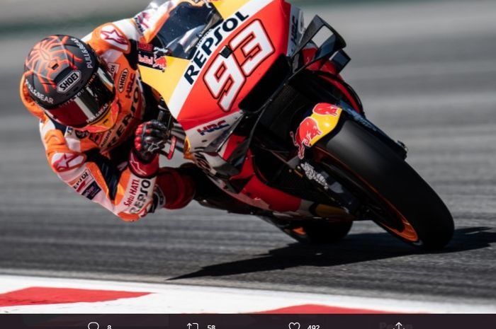 Pembalap Repsol Honda, Marc Marquez, saat memacu motornya selama Tes MotoGP Catalunya 2021 di Circuit Barcelona-Catalunya, Senin (7/6/2021).