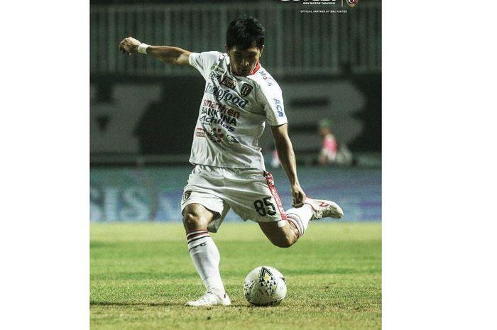 Aksi Michael Orah saat hendak memberikan umpan panjang pada laga kontra Tira Persikabo, di Stadion Pakansari, Kabupaten Bogor, Kamis (15/8/2019).