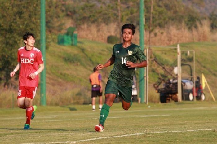 Pemain timnas U-19, Irfan Jauhari, saat melakukan pemusatan latihan di Alpine Football Camp Training, Chiang Mai, Thailand.