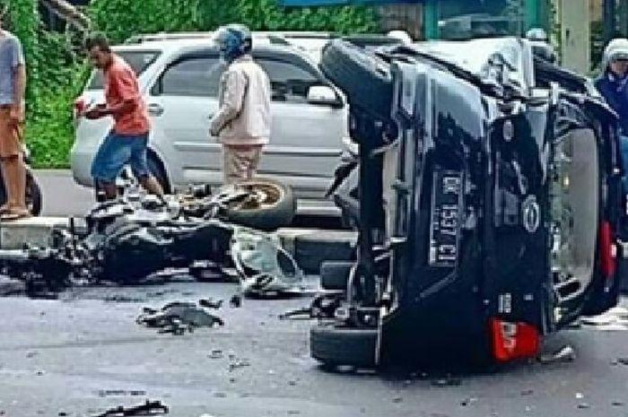 Kecelakaan parah melibatkan motor Honda CBR1000RR dengan mobil Datsun.