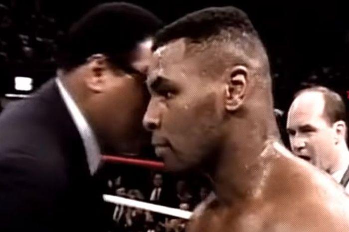 Petinju legendaris dunia, Muhammad Ali, berbisik ke telinga Mike Tyson sesaat sebelum duel Tyson vs Lary Holmes pada 22 Januari 1988.