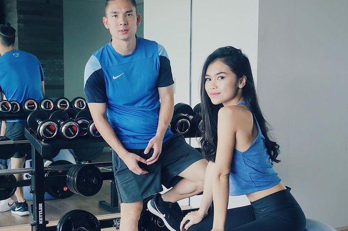 Kim Jeffrey Kurniawan (kiri) dan Elisabeth Novia Makalew olahraga bersama.