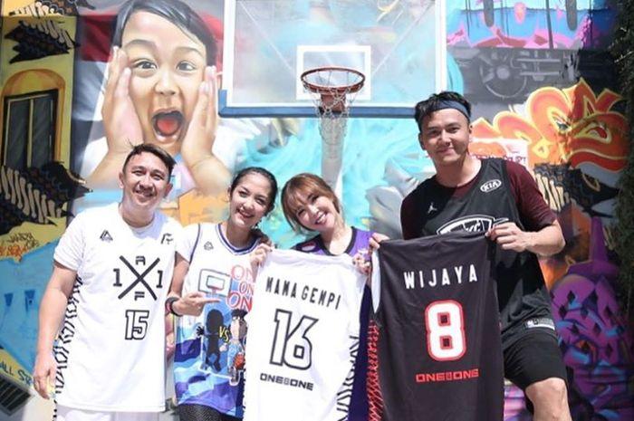 Augie Fantinus dan Adriana Bustami bermain basket melawan Gisella Anastasia dan Wijaya Saputra.